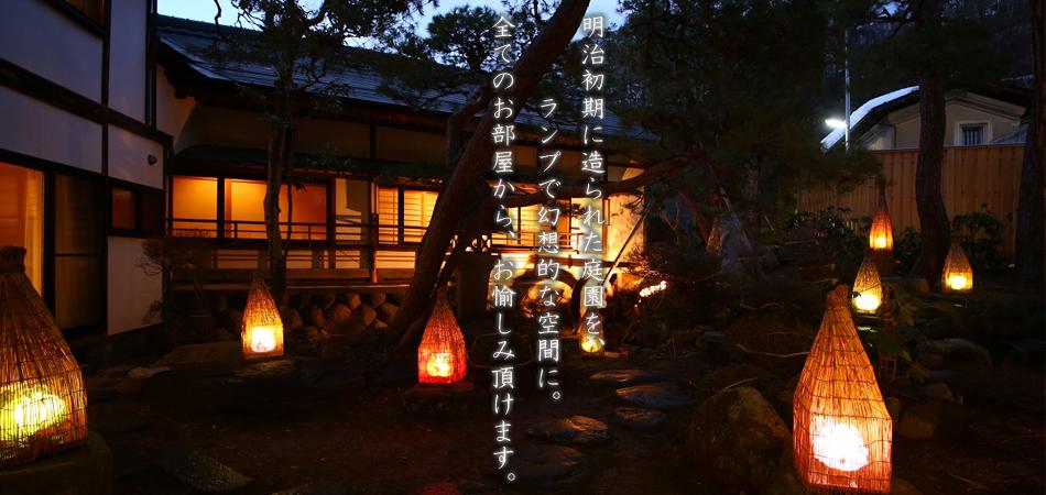 ランプが灯る幻想的な庭園
